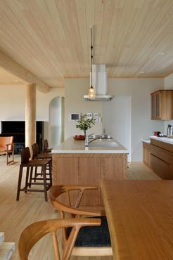 「快適さをもたらす木材のある生活 -無垢材家具で健康に-」