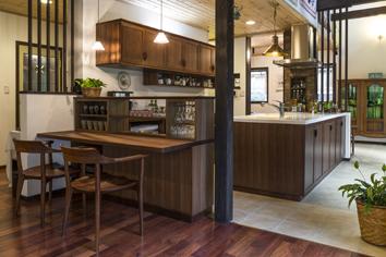 木立を見渡すキッチン