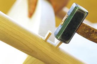 永く使い続けられる家具を、手間と時間をかけて作る…。