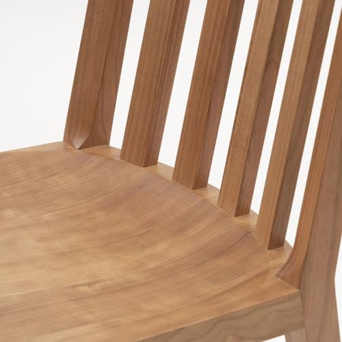 厚みのある無垢材が生む優しい座り心地