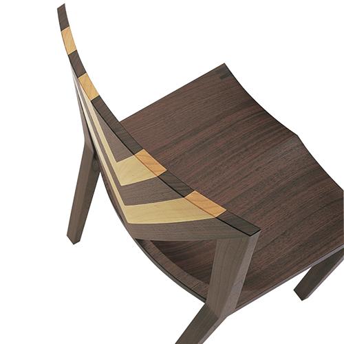 パーツごとに木材を削り出すことで、生まれる有機的な曲面