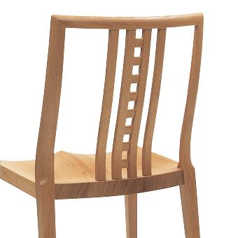家具に裏表を作らない高度な職人技が、チェアへの愛着を生む。