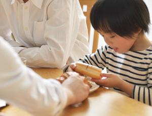 小さな子供がいると無垢材ダイニングテーブルは置けないのか?