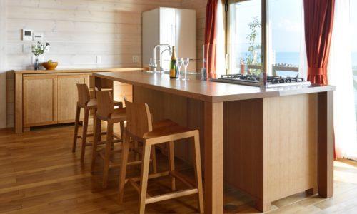 「無垢材オープンキッチンから海を一望する住まい」