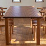 一枚板ダイニングテーブルはどのような住まいに合うのか