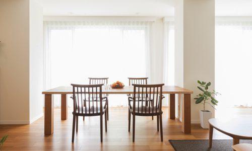 人気の木材で無垢材家具を