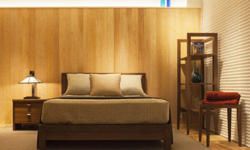 ベッドの横には「ナイトテーブル」を