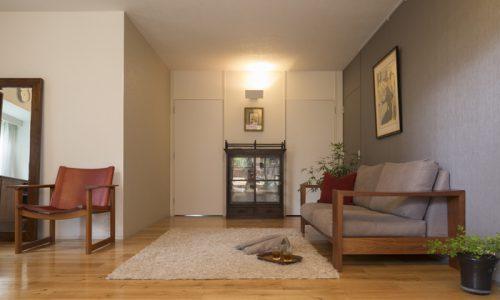 秋に向けた無垢材家具を使った空間コーディネート術