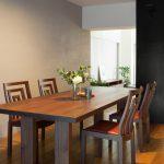 床材の色ごとに異なるウォールナットのテーブルの「相性」を知る