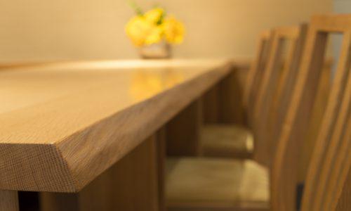 無垢材の醍醐味を存分に味わう「耳付き」テーブル