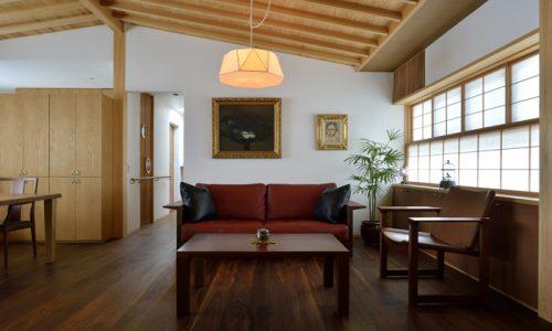 ウォールナットのソファが中心のインテリア作り