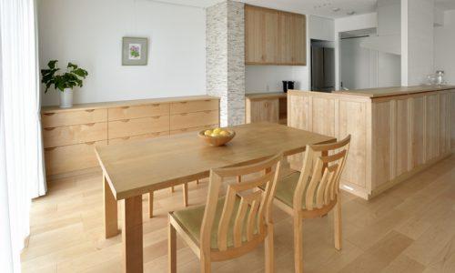 ハードメープル材家具のコーディネート術
