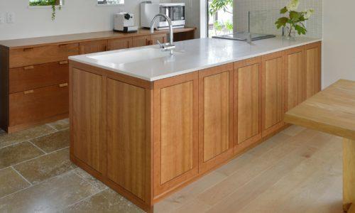 冷蔵庫と無垢材オーダーキッチンのいい関係とは