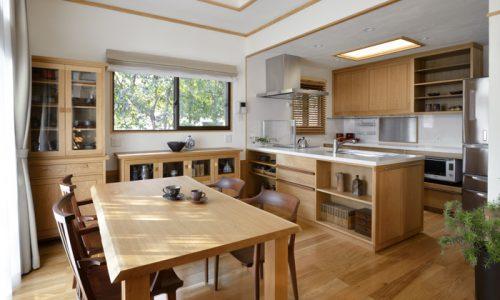 ナラ材家具でつくる空間コーディネート