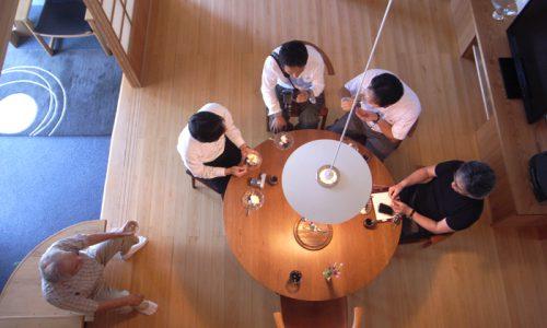 ラウンドテーブルの魅力を再発見 ~無垢材の円卓を囲んで~