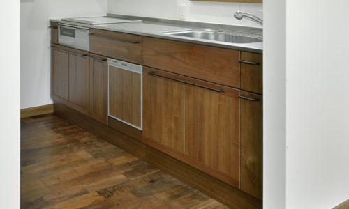 無垢材ウォールナットがキッチン素材として適している理由とは